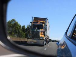 چطور از نقطه کور کامیون بیرون بمانیم؟